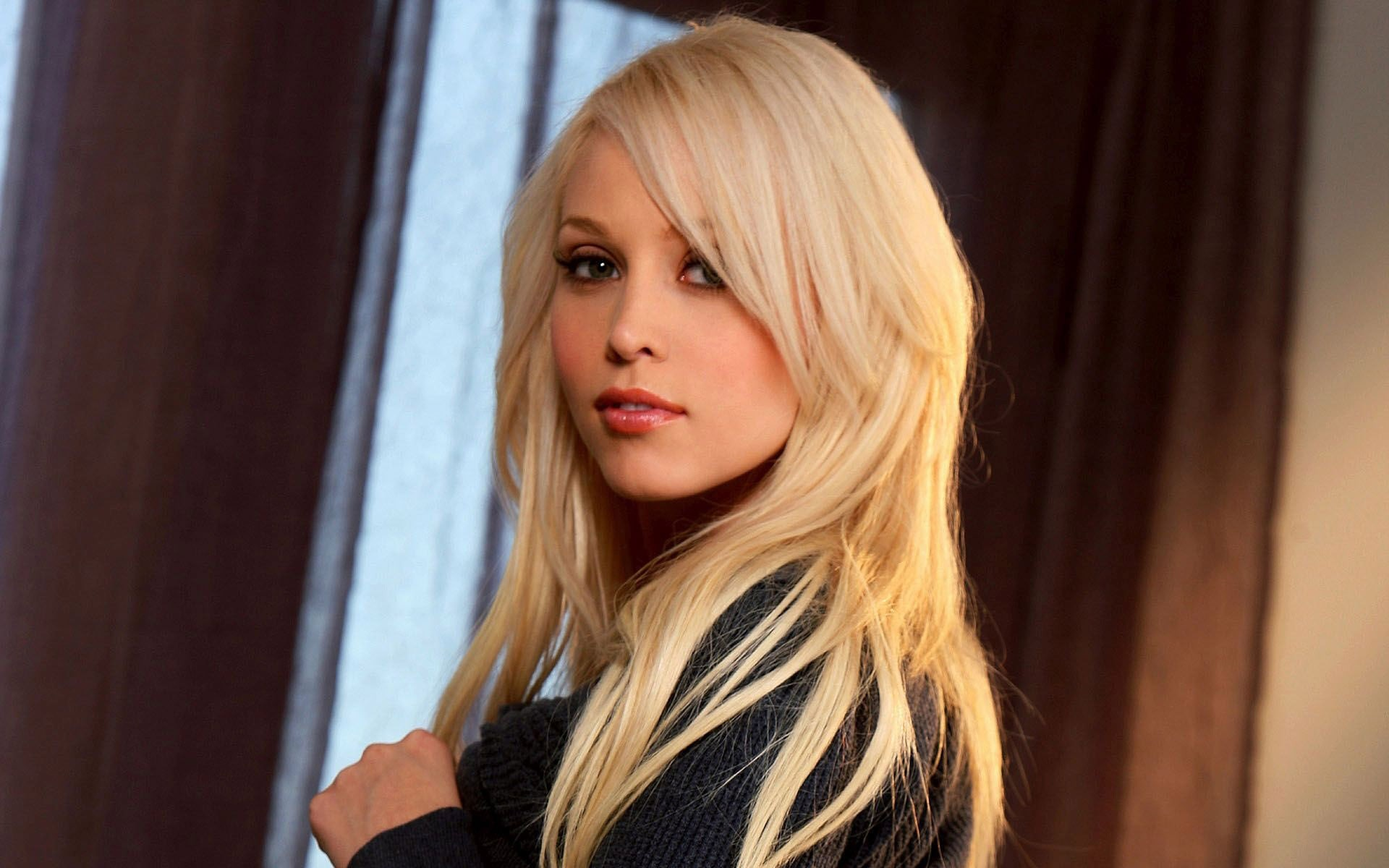 Brea Bennett Wallpaper