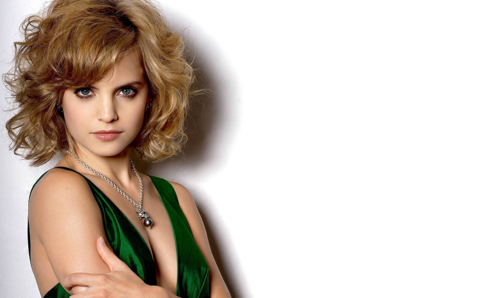 Mena Suvari Widescreen for desktop