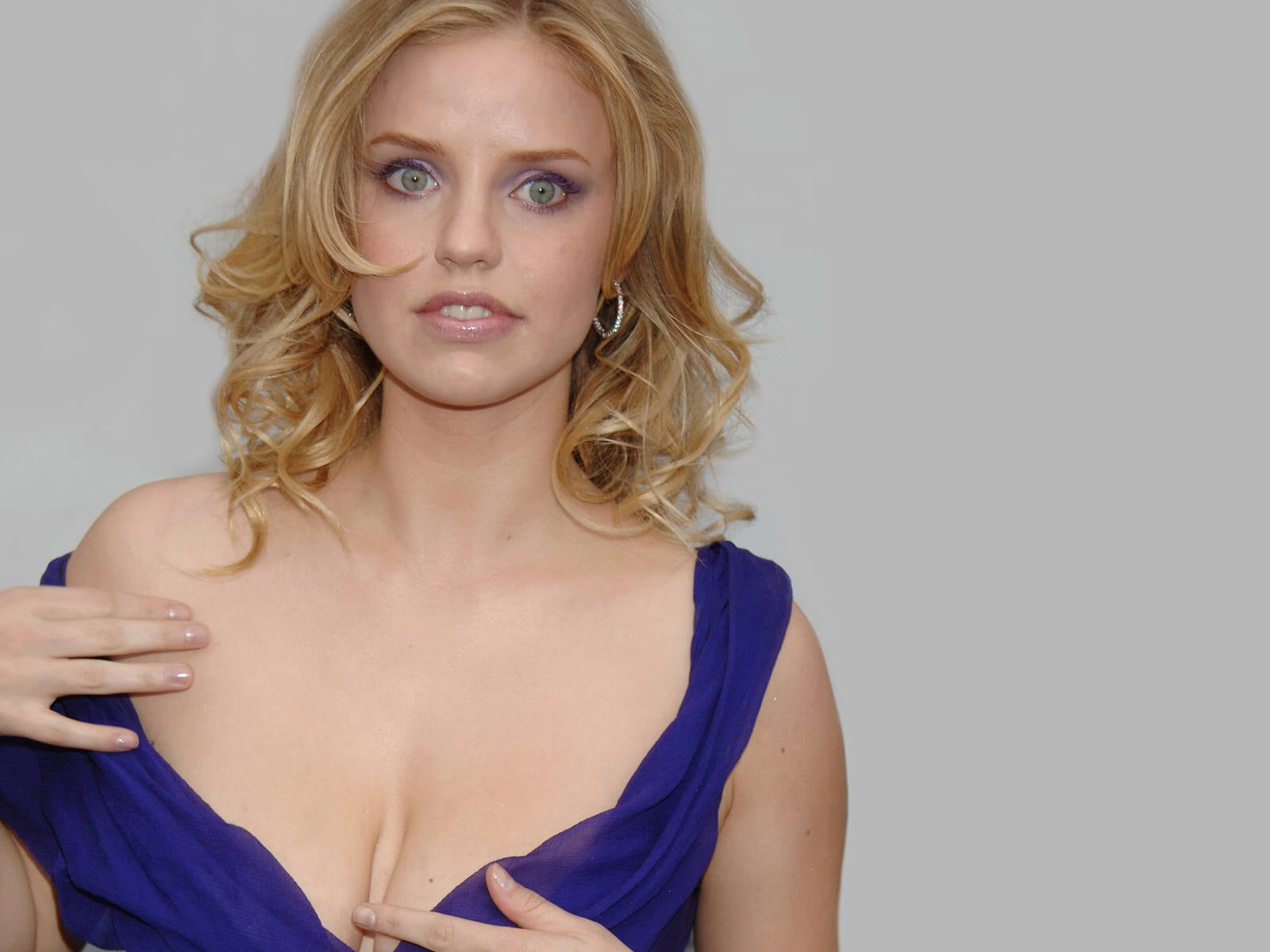 Kelli garner photos and pictures