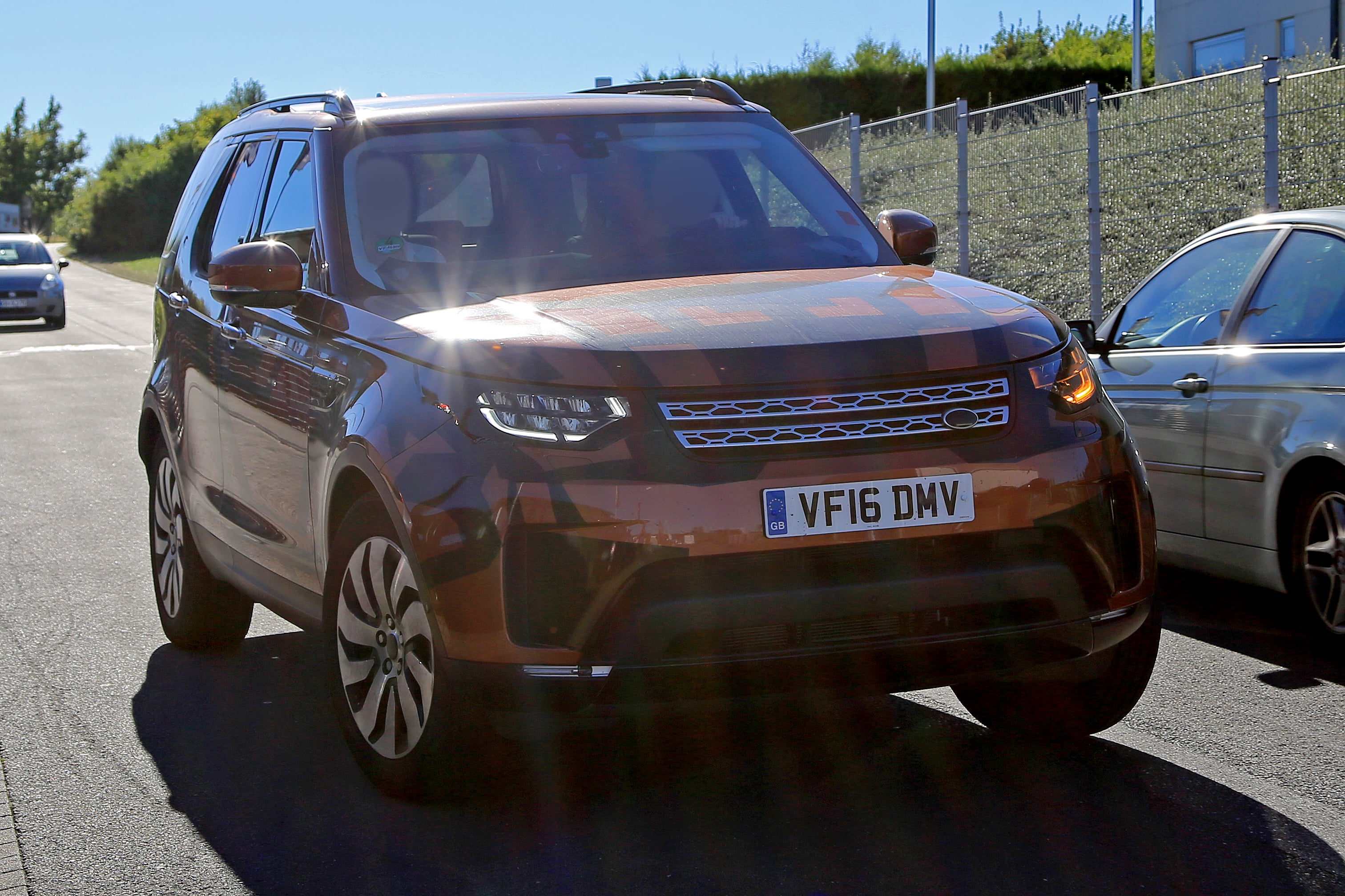 Land Rover Discovery 5 Wallpapers