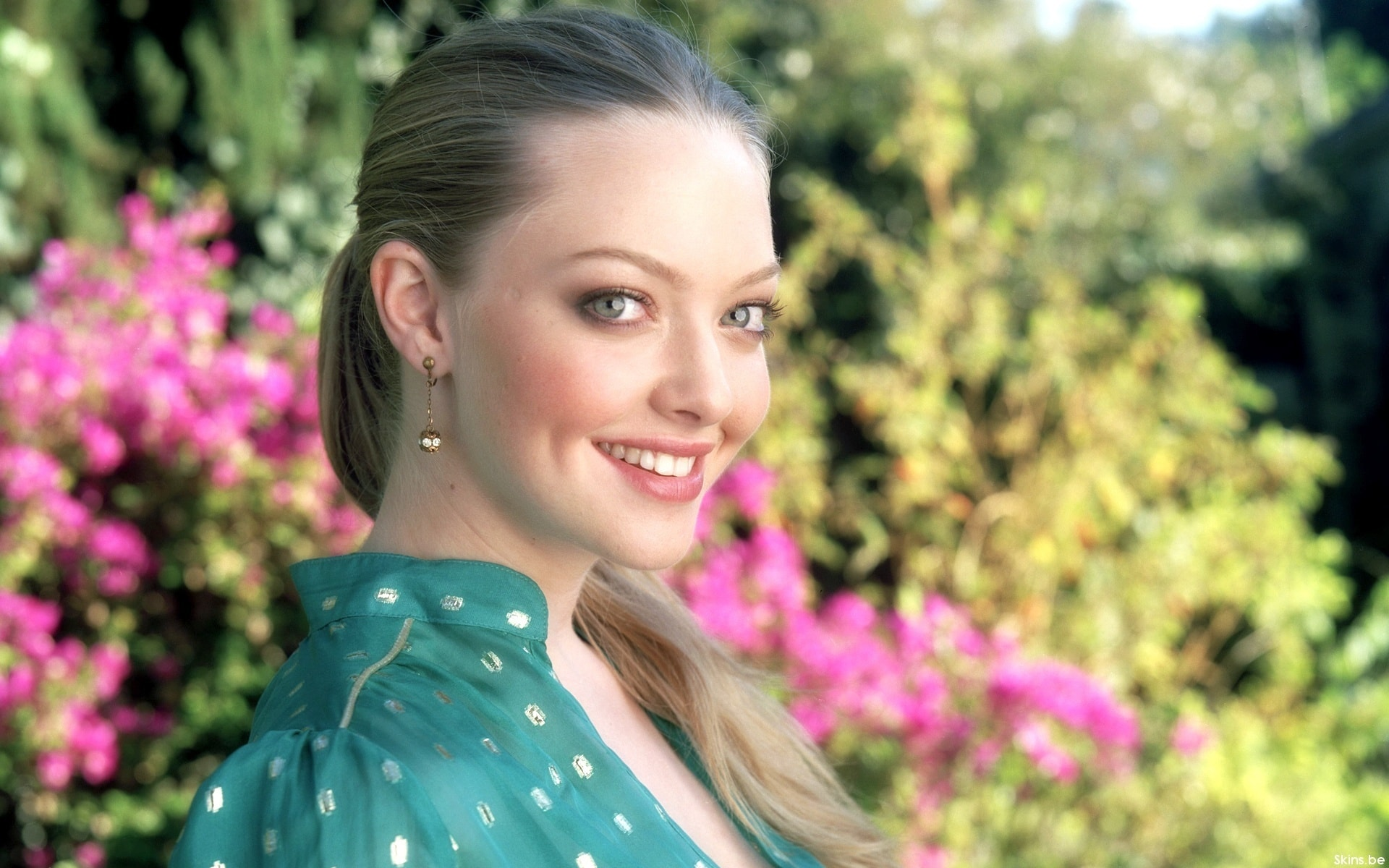 Amanda Seyfried widescreen