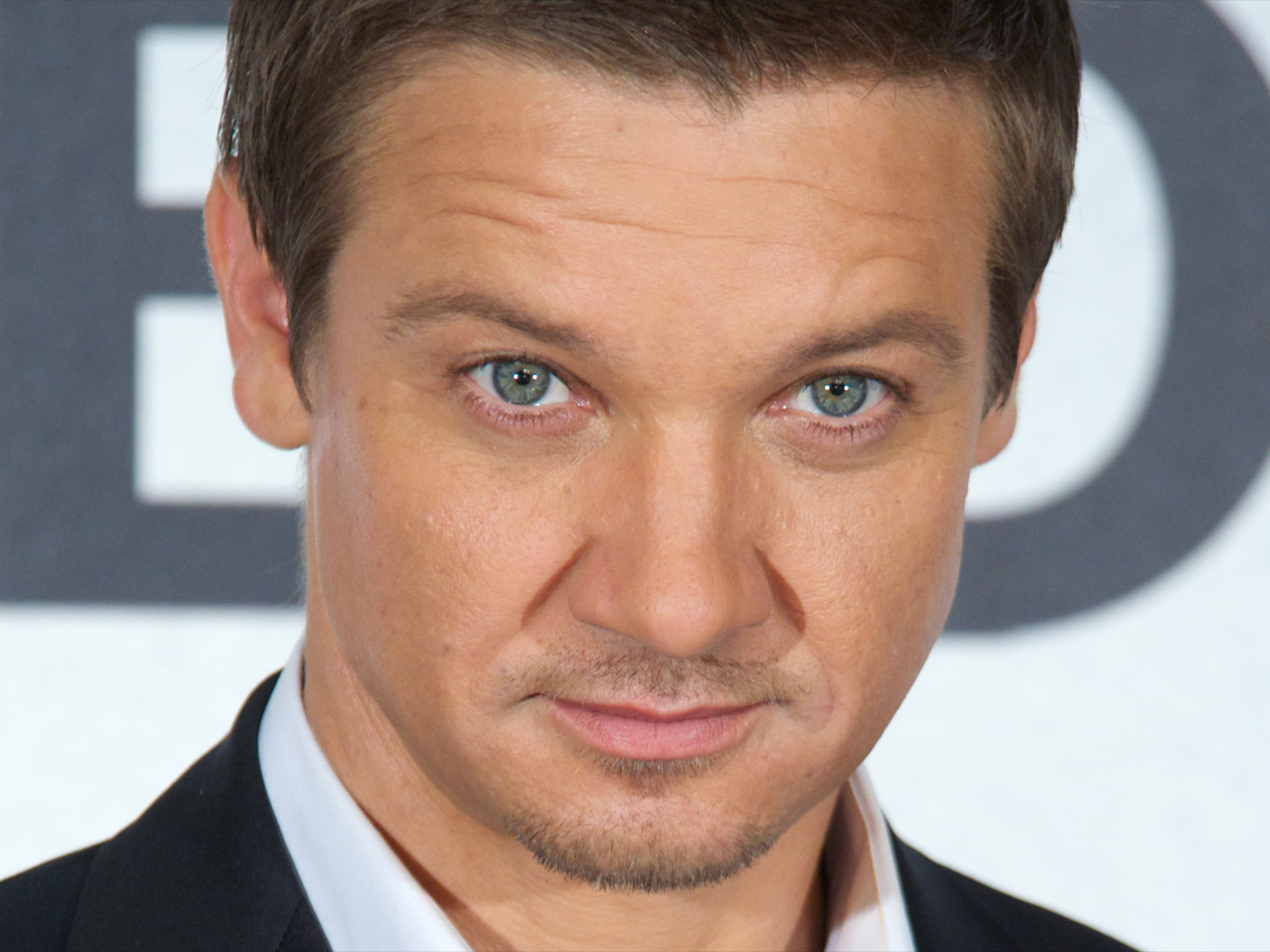 Jeremy Renner widescreen wallpapers