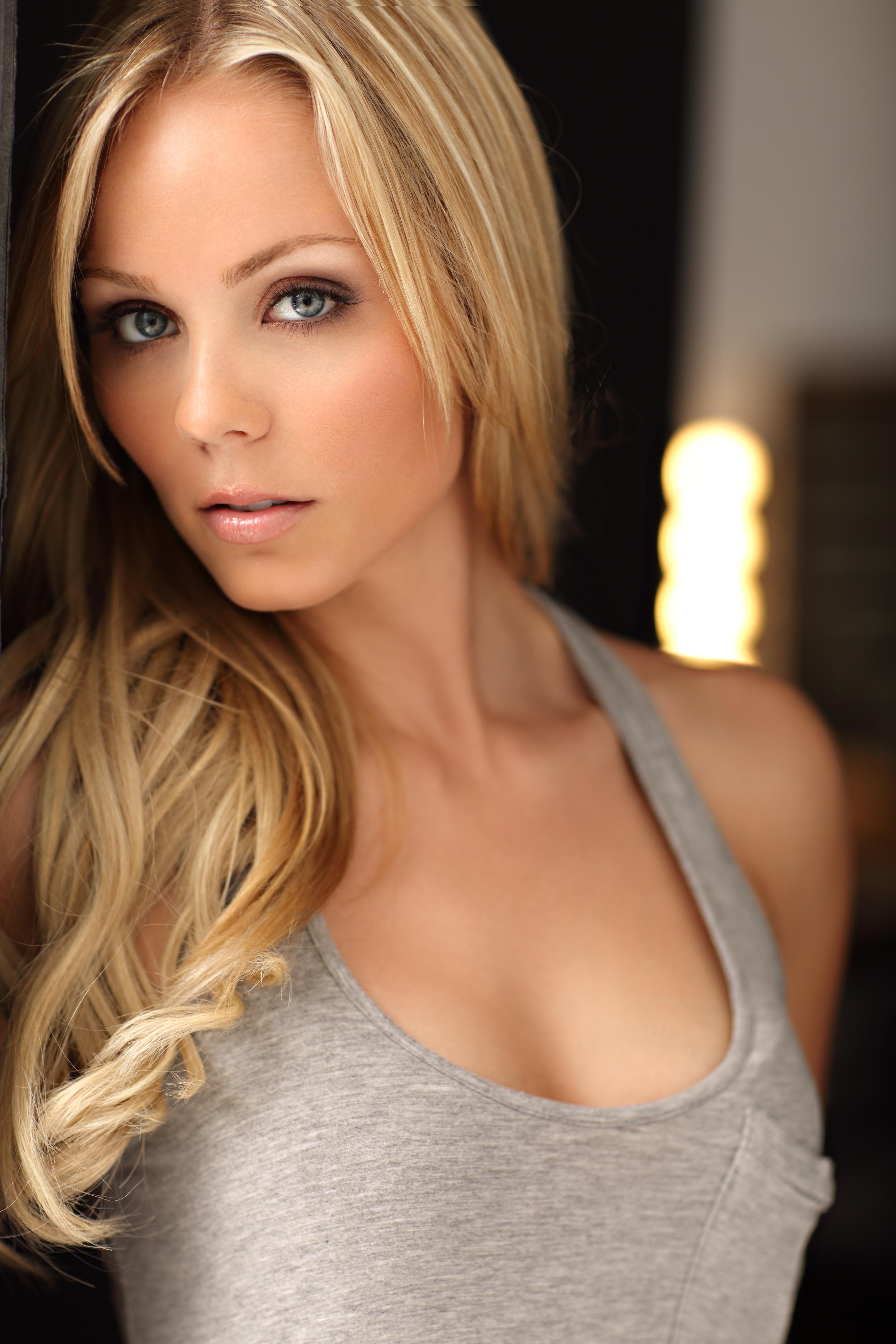 Laura Vandervoort Pictures