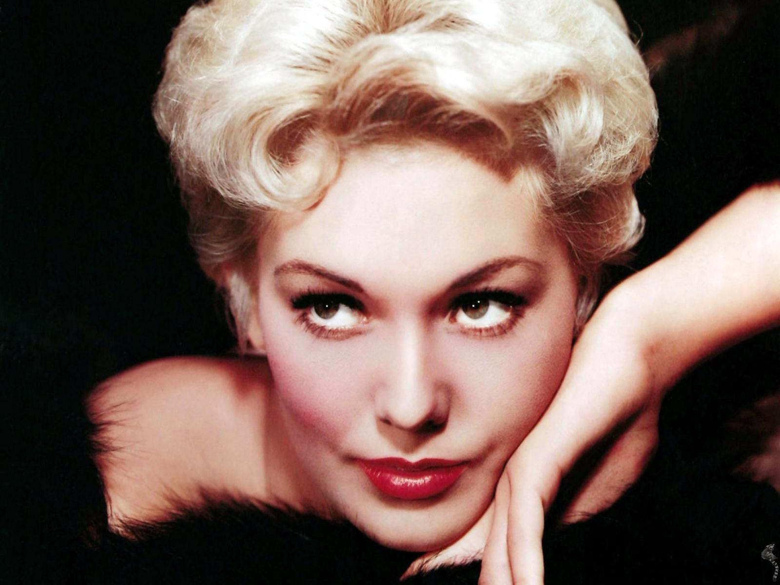 Kim Novak Background