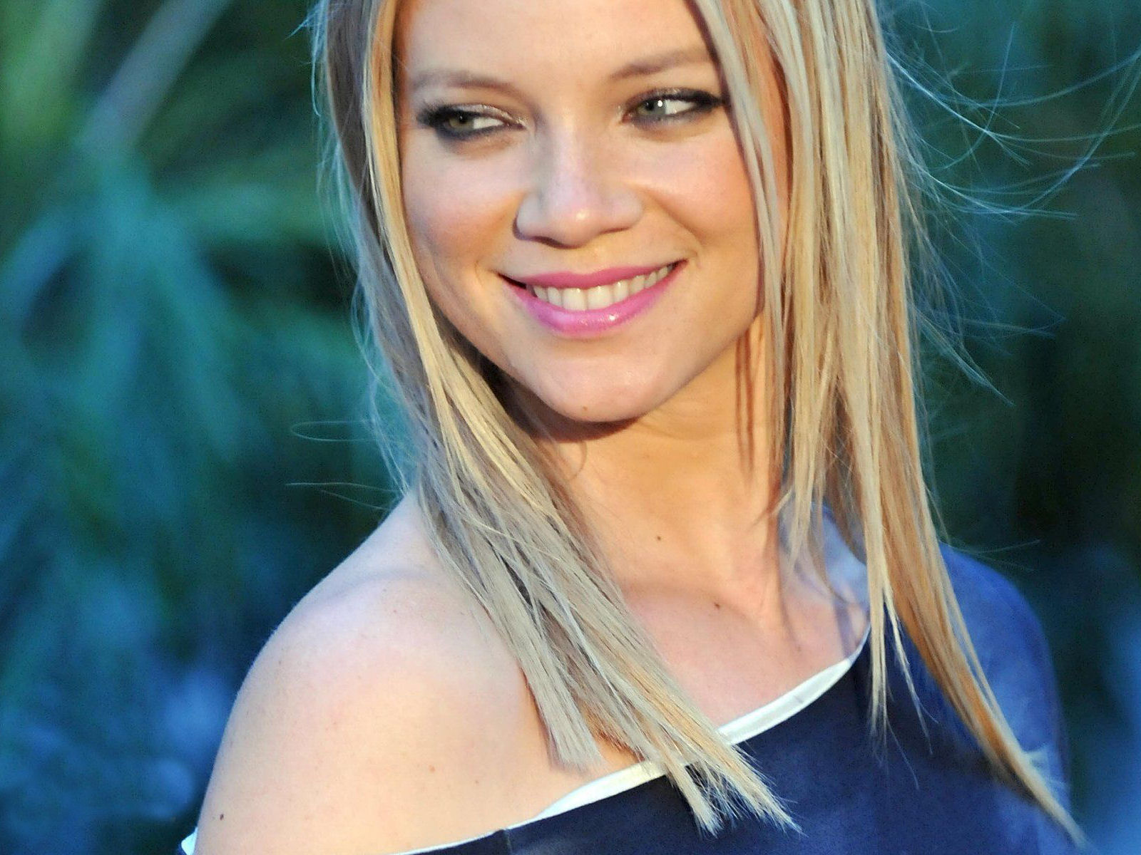 Amy Smart Backgrounds